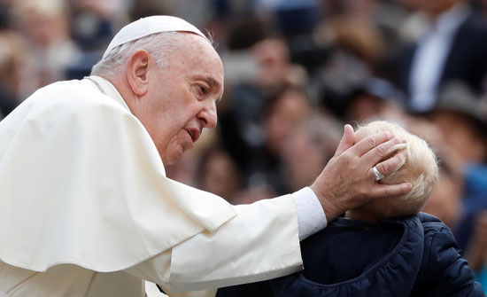 بابا-الفاتيكان-يبارك-طفلا-على-هامش-الاجتماع