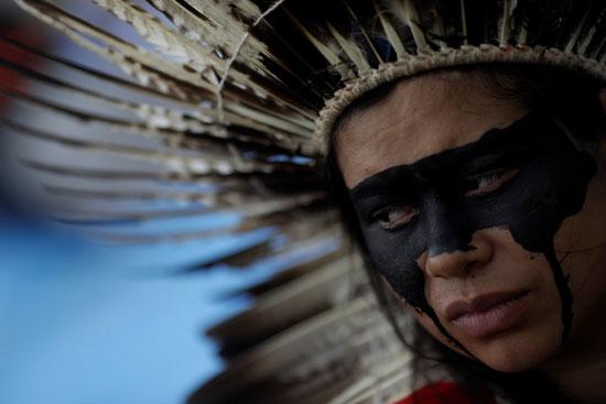 امرأة-من-السكان-الأصليين-تحضر-احتجاجًا-على-مزاد-الحكومة-البرازيلية