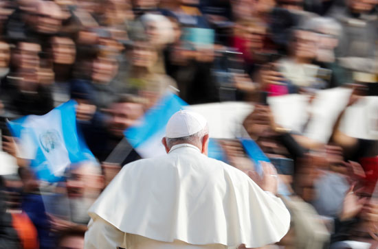 البابا-فرنسيس-يلوح-لألاف-الحضور-بساحة-القديس-بطرس