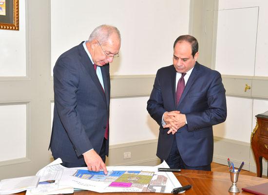 اجتمع الرئيس عبد الفتاح السيسى برئيس الهيئة العامة للمنطقة الاقتصادية لقناة السويس (3)