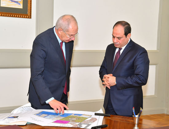 اجتمع الرئيس عبد الفتاح السيسى برئيس الهيئة العامة للمنطقة الاقتصادية لقناة السويس (2)