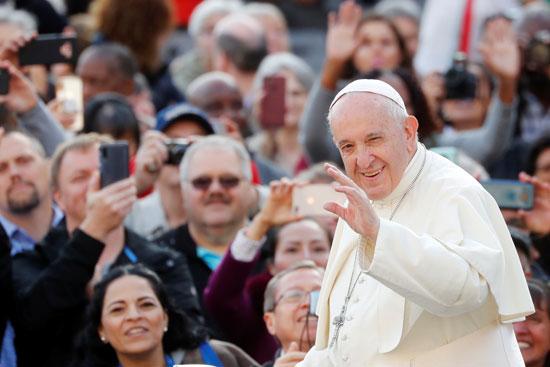 البابا-يلوح-للحضور
