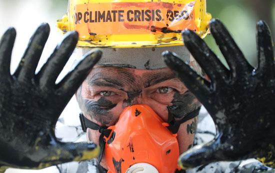 أحد-الناشطين-يحتج-على-خطط-الحكومة-البرازيلية-للمزاد-العلني-قبالة-حقول-النفط-بالقرب-من-ساحل-البرازيل--(1)