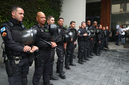 ضباط-الشرطة-يحرسون-خارج-المكان-الذي-يقام-فيه-مزاد-الحكومة-البرازيلية