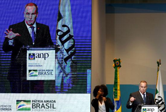 أحد-الناشطين-يحتج-على-خطط-الحكومة-البرازيلية-للمزاد-العلني-قبالة-حقول-النفط-بالقرب-من-ساحل-البرازيل--(8)