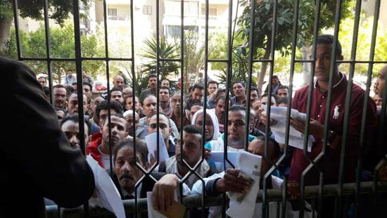 اقبال-المصريين-على-شراء-كراسات-الشروط-(2)