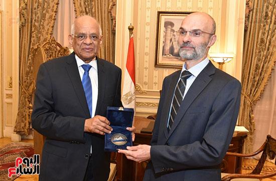عبد العال يُصافح القائم بأعمال سفارة سلوفاكيا بالقاهرة (2)