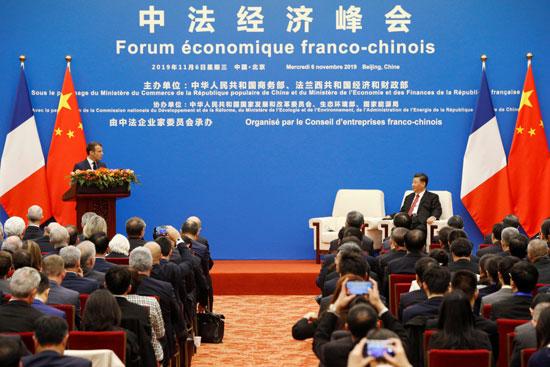 ماكرون-يلقى-كلمة-خلال-منتدى-اقتصادى-بحضور-الرئيس-الصينى