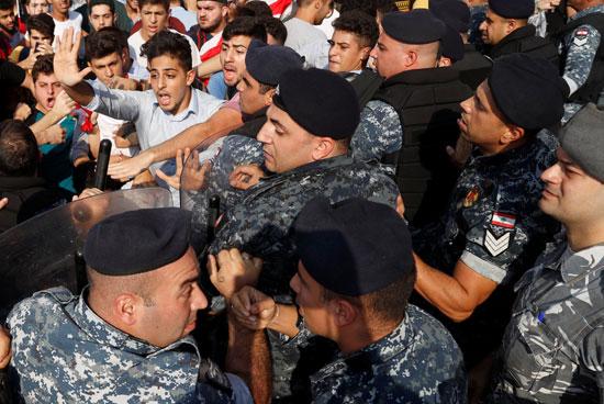 قوات-الأمن-تحاول-فض-مظاهرة-طلابية-ببيروت