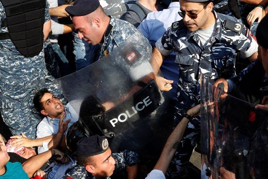 الشرطة-اللبنانية-تشتبك-مع-المتظاهرين