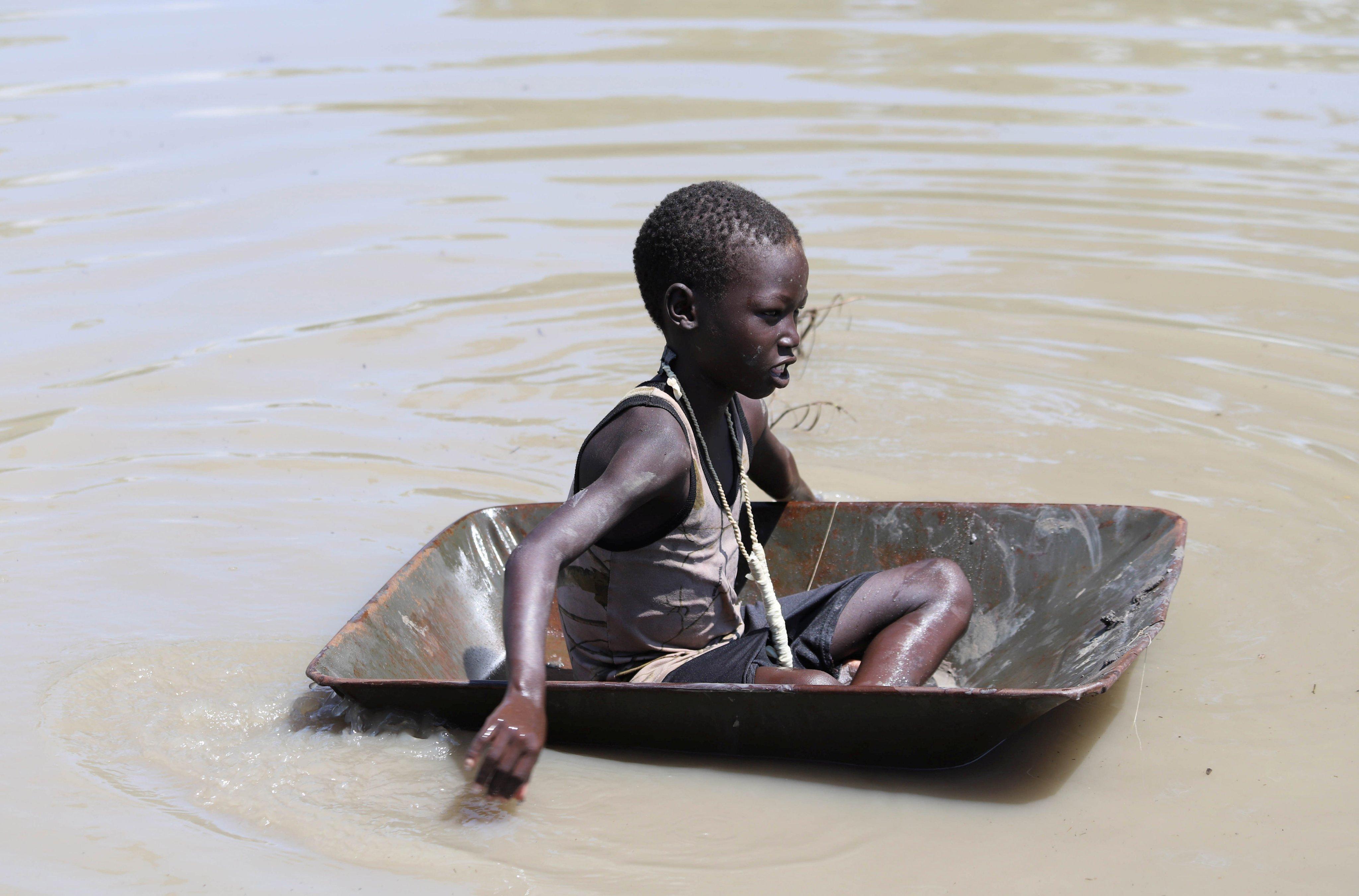 طفل وسط مياه الفيضانات
