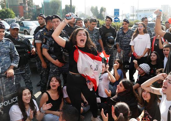 طالبة-لبنانية-تهتف-وسط-تأمين-من-الشرطة