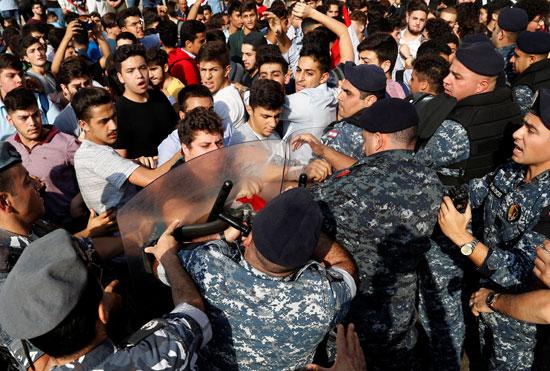 المتظاهرون-يحاولون-اختراق-قوات-الشرطة