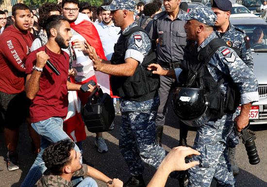 طالب-يحاول-الاشتباك-مع-الشرطة