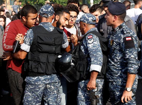 حوار-بين-الشرطة-والمتظاهرين-فى-بيروت