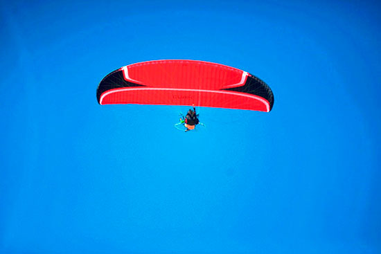 الباراموتور-رياضة-المظلة-الجوية-الساحرة-تظهر-في-سماء-الأقصر--(11)