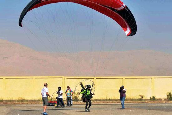 الباراموتور-رياضة-المظلة-الجوية-الساحرة-تظهر-في-سماء-الأقصر--(16)