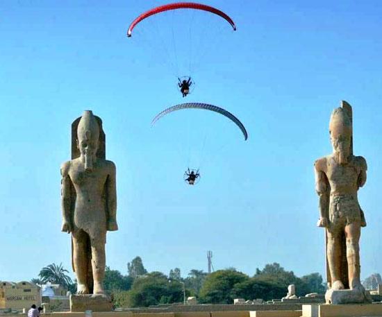 الباراموتور-رياضة-المظلة-الجوية-الساحرة-تظهر-في-سماء-الأقصر--(13)