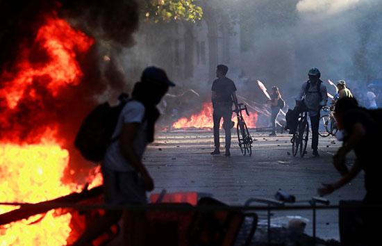 متظاهرون يشعلون النيران