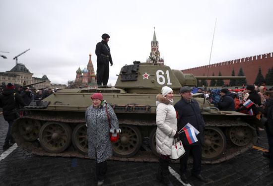 يحيط-المتفرجون-بدبابة-من-الحقبة-السوفيتية