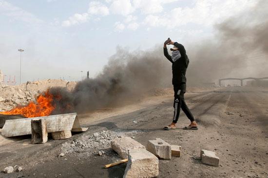 متظاهر-يحتج-على-الاوضاع-فى-العراق