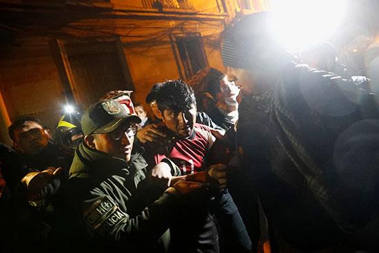 الشرطة تعتقل متظاهر فى بوليفيا