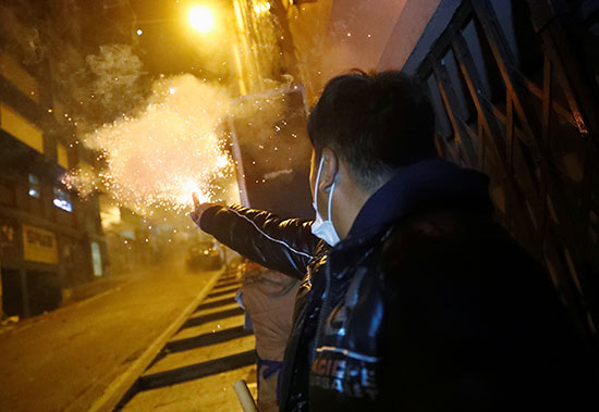 متظاهر يطلق النار على قوات الأمن