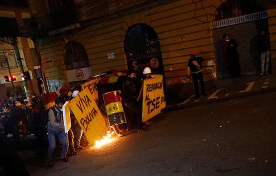 متظاهرون يشعلون النار ويختبئون من الشرطة