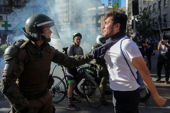الشرطة وأحد المحتجين