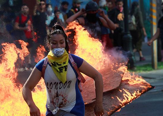 متظاهرة تجرى من اندلاع النيران