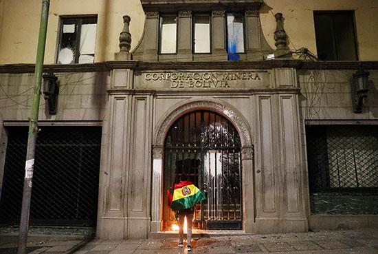 متظاهر يشعل النار فى  مدخل مبنى شركة التعدين البوليفية