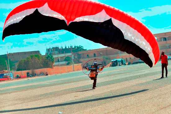 الباراموتور-رياضة-المظلة-الجوية-الساحرة-تظهر-في-سماء-الأقصر--(2)