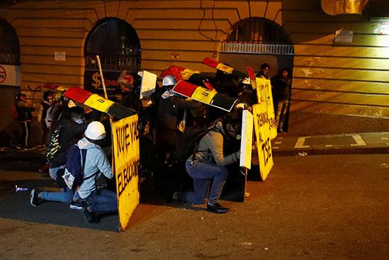 المتظاهرون يختبئون من قوات الأمن
