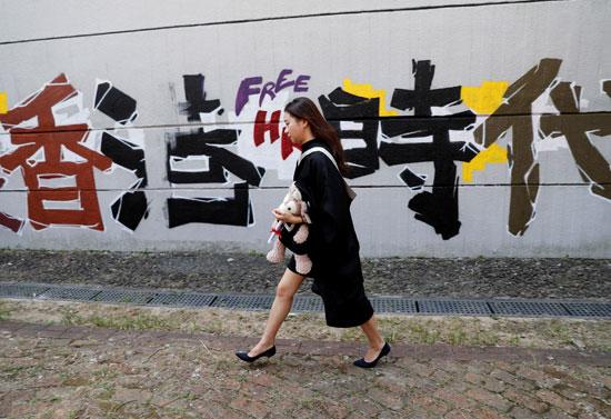 خريجة-جامعية-يظهر-بجوارها-رسوم-الجرافيتى