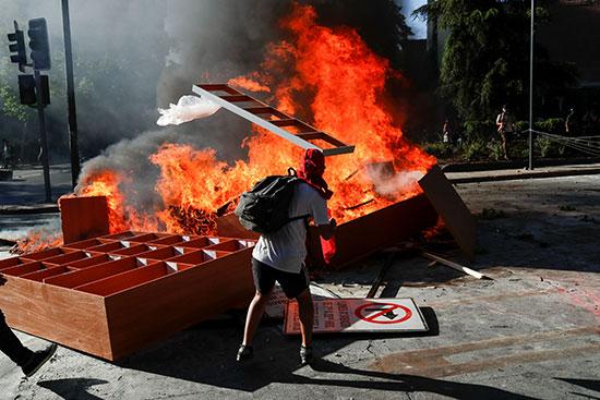 متظاهر يضع المتاريس وحرقها
