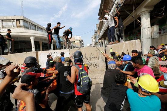 المتظاهرون-يضغطون-على-الجدران-الإسمنتية