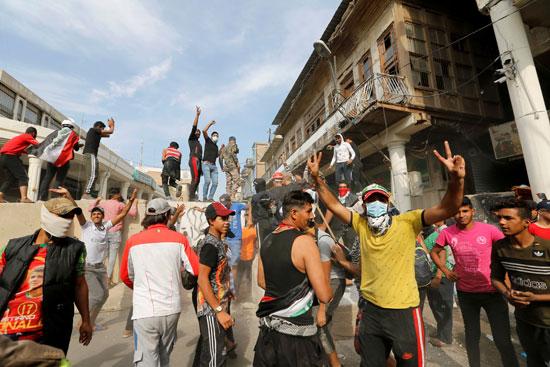 المتظاهرون-يشيرون-بعلامات-النصر