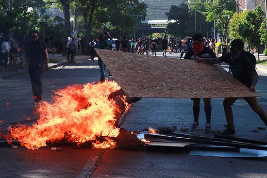 متظاهرون يشعلون النار