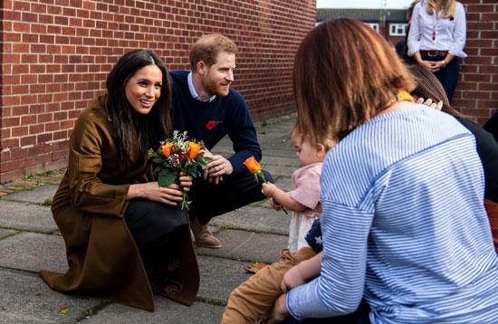 ميجان-تحمل-الزهور-مع-الاطفال