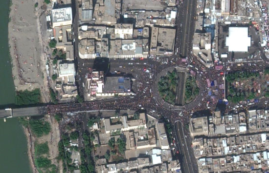 منظر-جوي-يظهر-احتجاجات-على-الجسور-وفي-ميدان-التحرير-في-بغداد
