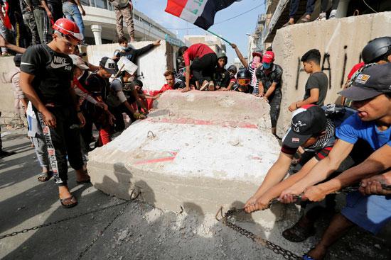 المتظاهرون-امام-الجدران-الخرسانية