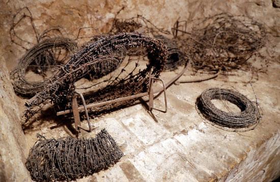 اجزاء من الاسلاك الشائكة بالمتحف