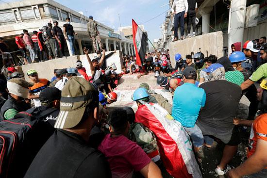 المتظاهرون-يرفعون-اعلام-العراق