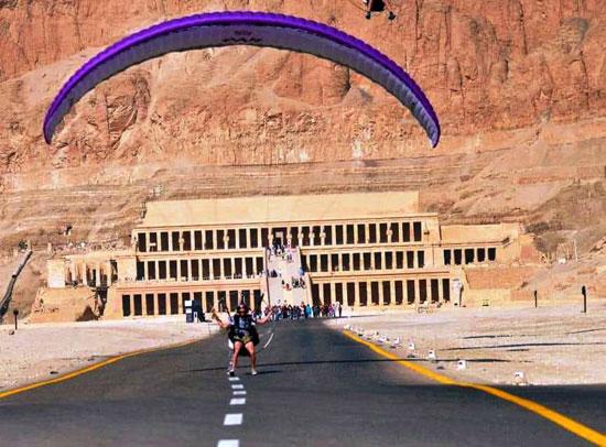 الباراموتور-رياضة-المظلة-الجوية-الساحرة-تظهر-في-سماء-الأقصر--(22)