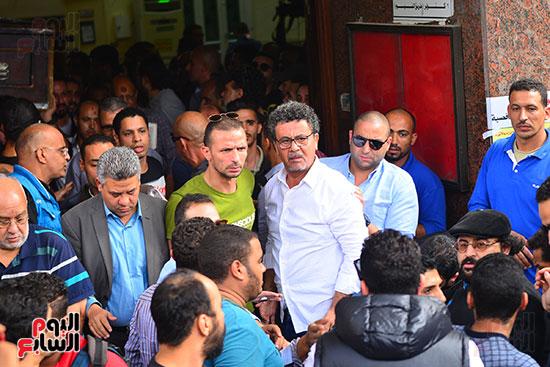 المخرج عمرو عرفة فى جنازة هيثم أحمد زكى