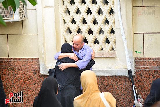 مدير أعمال الراحل أحمد زكى فى جنازة نجله هيثم