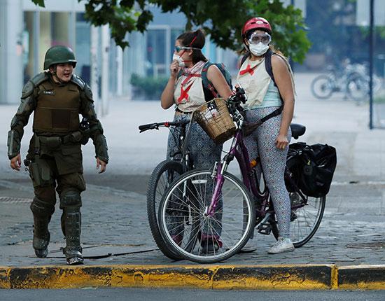 فتاتان يرتديان الأقنعة الواقية من الغاز