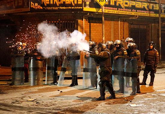 الشرطة تطلق الغاز على المتظاهرين