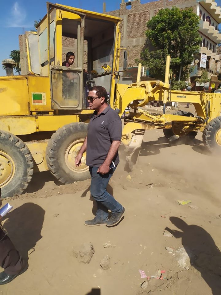 تمهيد طرق بمدينة الزينية فى الأقصر لاستكمال مشروع الصرف الصحى المتوقف (2)