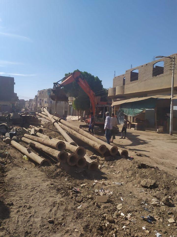 تمهيد طرق بمدينة الزينية فى الأقصر لاستكمال مشروع الصرف الصحى المتوقف (5)